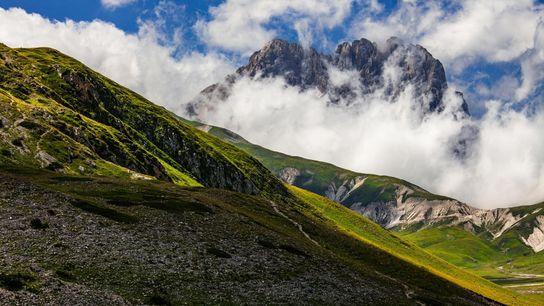 Le Corno Grande transperce les nuages. Ce sommet est le point culminant des Appenins, une chaîne ...