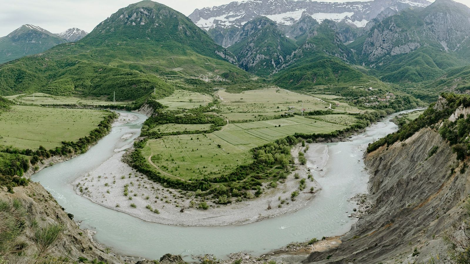 Le fleuve Vjosa, à la frontière entre l'Albanie et la Grèce.