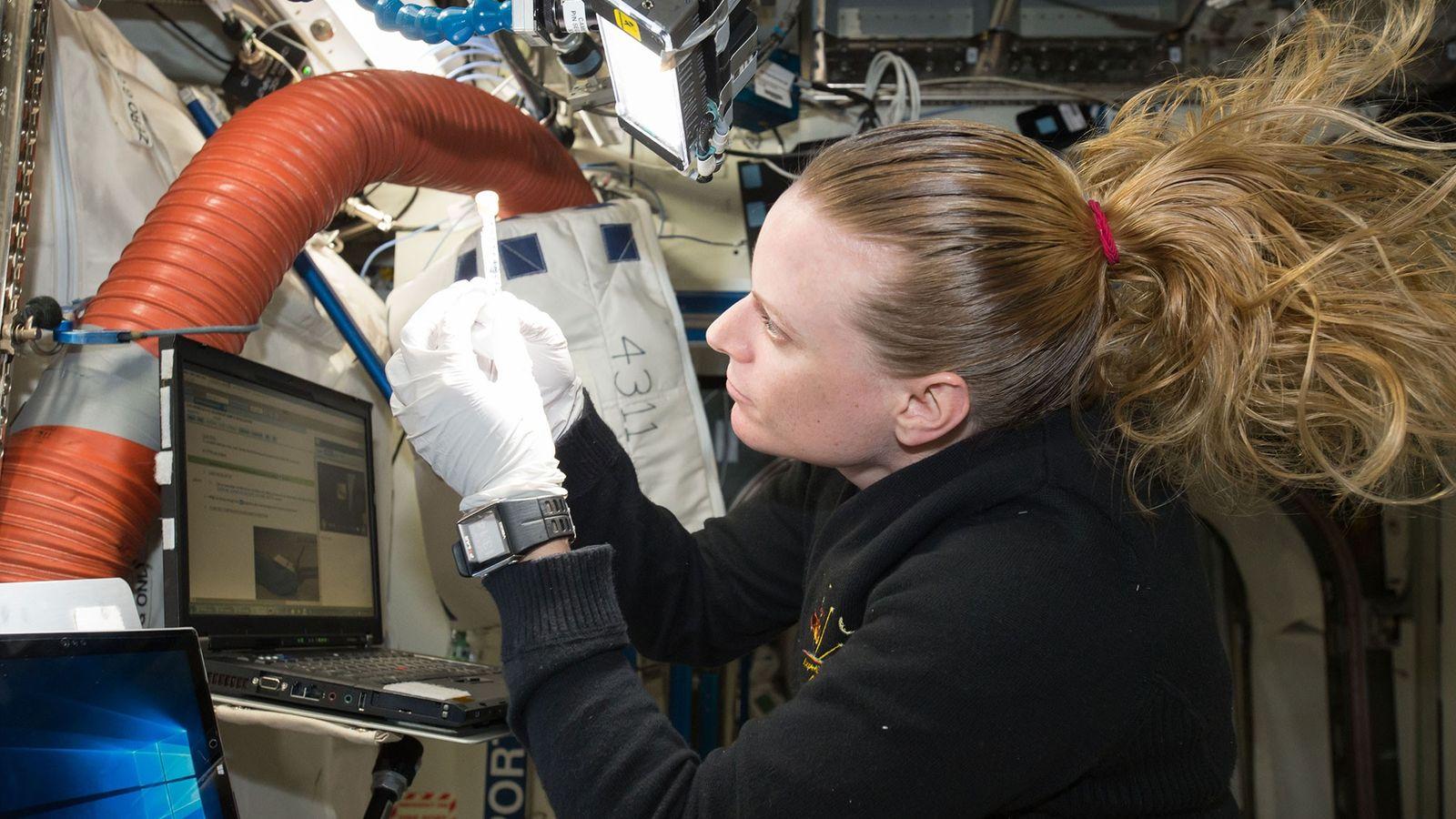 L'astronaute de la NASA Kate Rubins travaille sur le Séquenceur Biomoléculaire situé à bord de la ...