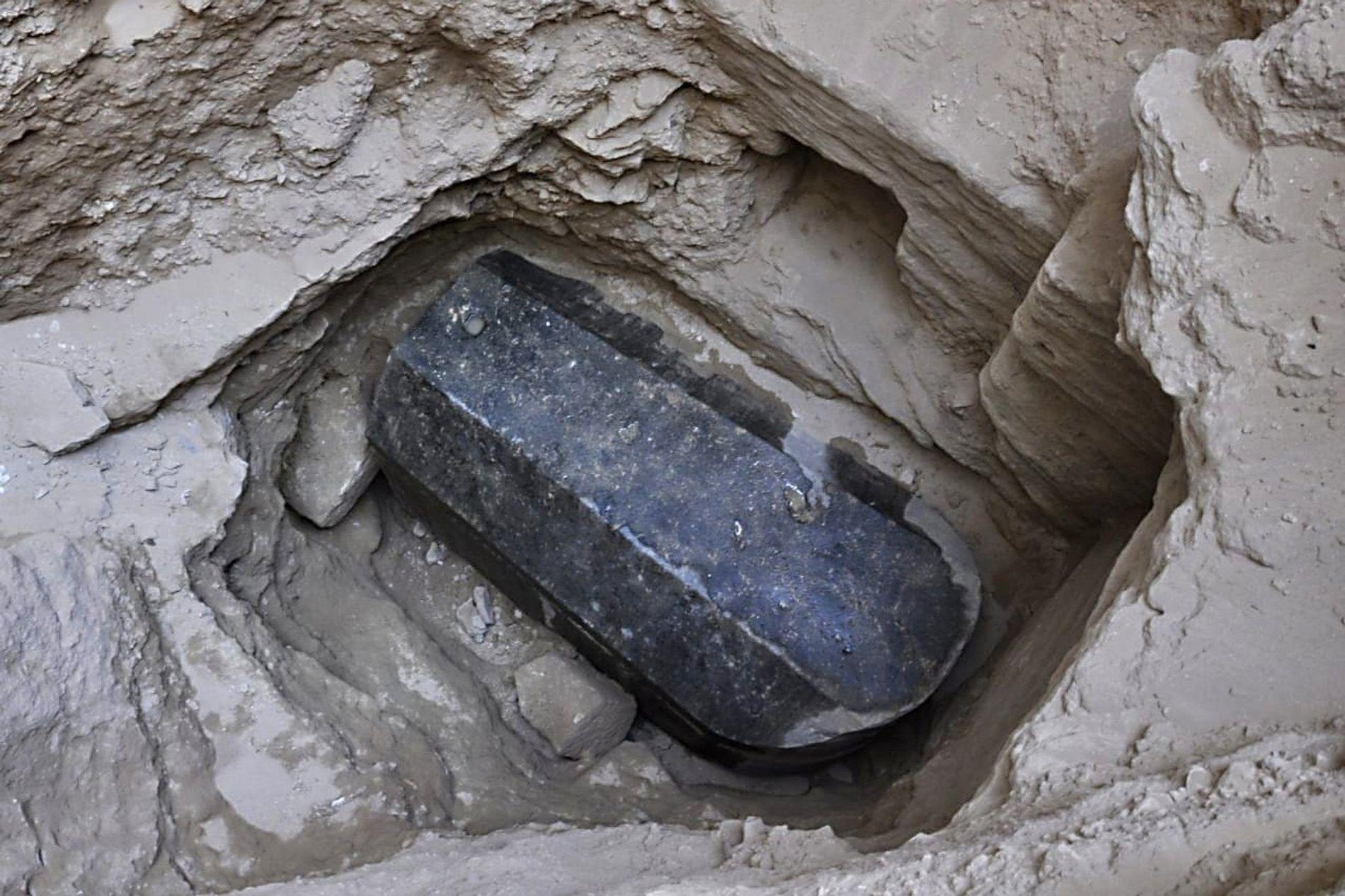 Mais qui peut bien reposer dans ce sarcophage ? Les spéculations vont de bon train sur Internet depuis la découverte il y a deux semaines d'un sarcophage de 30 tonnes, scellé, en granite et vieux de 2 000 ans. Des blagues douteuses sur les momies ont également fait leur apparition sur les réseaux sociaux.