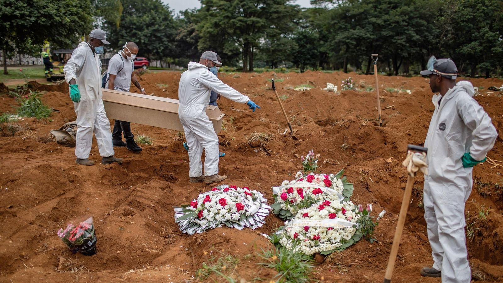 Enterrement d'une victime du coronavirus au cimetière de Vila Formosa à São Paulo, au Brésil, le ...