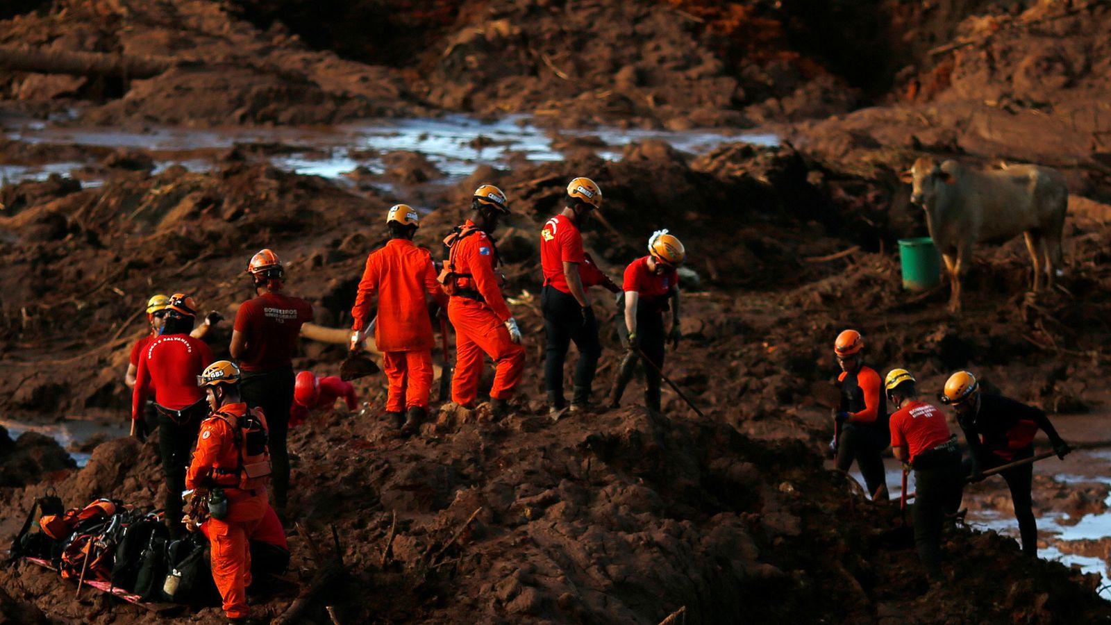 Les membres d'une équipe de secours recherchent des victimes le 28 janvier 2019, après l'effondrement à ...