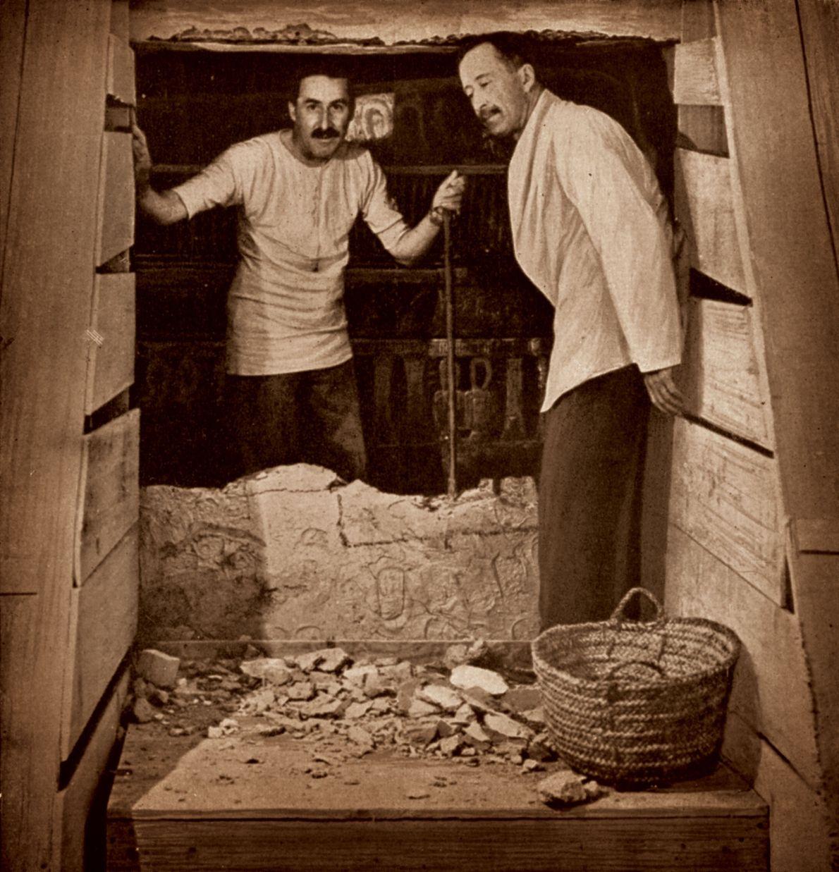 En février 1923, Carter (à gauche) a vu pour la première fois la Chambre funéraire : ...