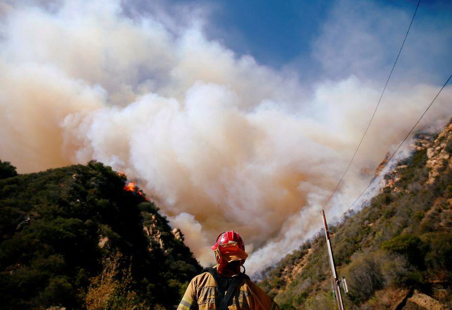 Sur ce cliché du 12 novembre, des pompiers luttent contre l'incendie Woolsey qui ravage Malibu en ...