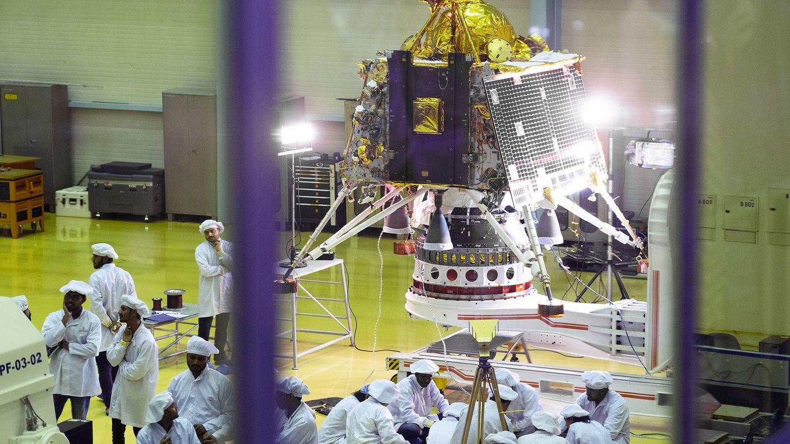 Des scientifiques et des employés s'affairent autour de Vikram, le module lunaire de Chandrayaan-2, dans un ...