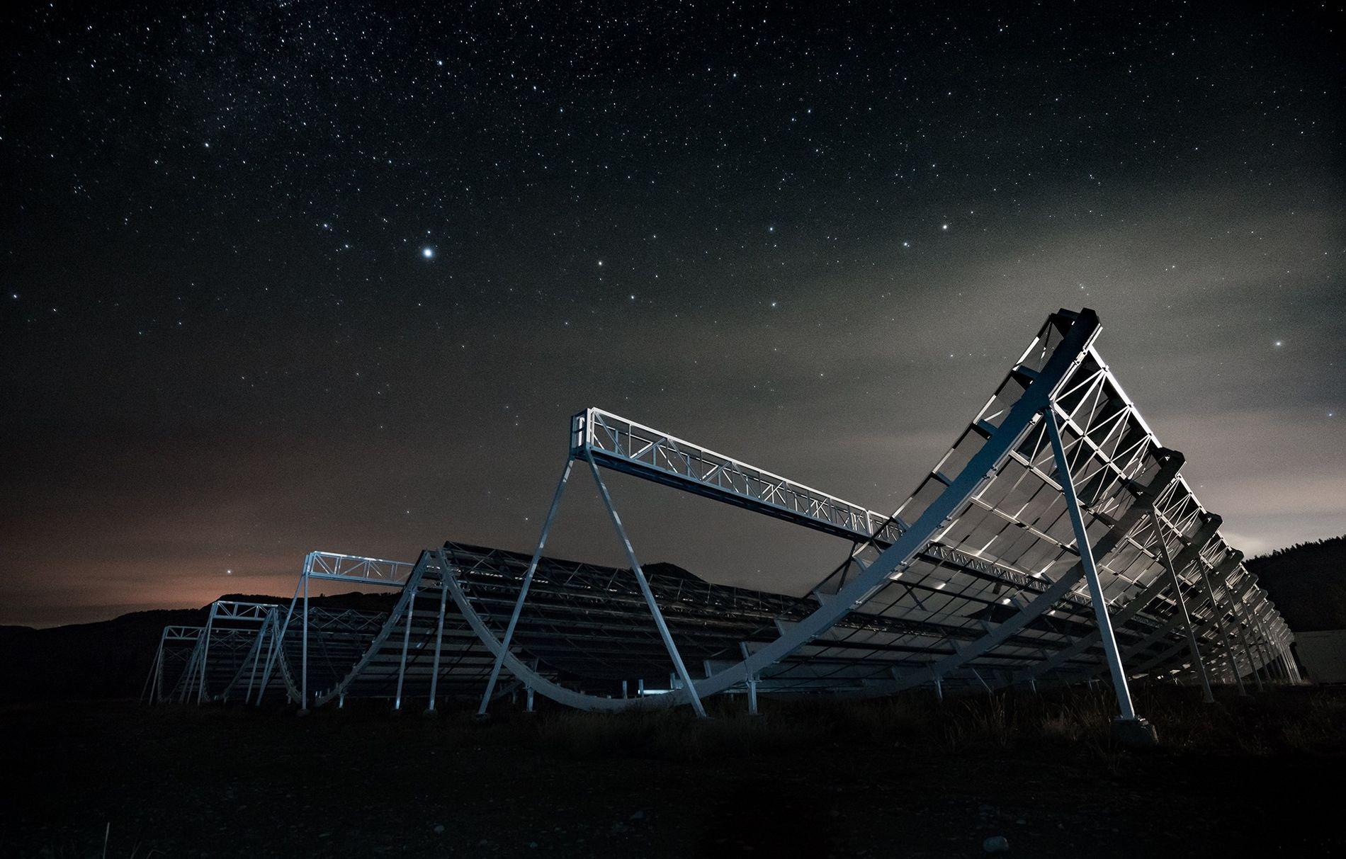 Les étoiles veillent sur l'bservatoire fédéral de radioastrophysique de Kaleden, en Colombie-Britannique, qui abrite le télescope ...