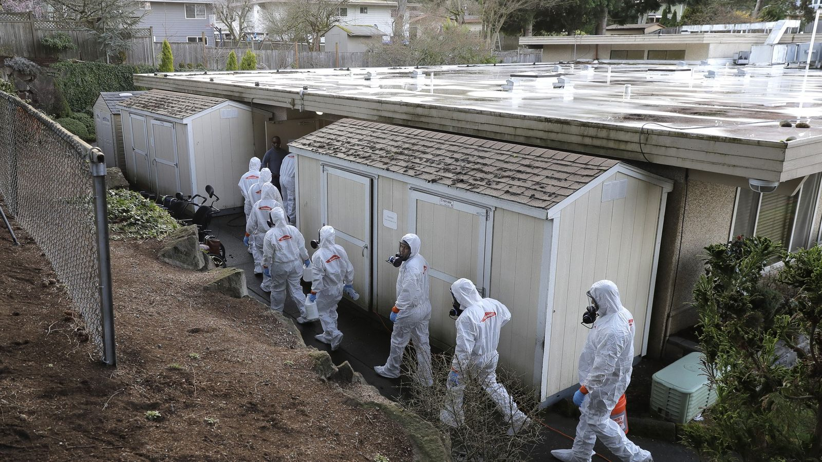 Une équipe intervient dans le Life Care Center de Kirkland, pour commencer le nettoyage et la ...