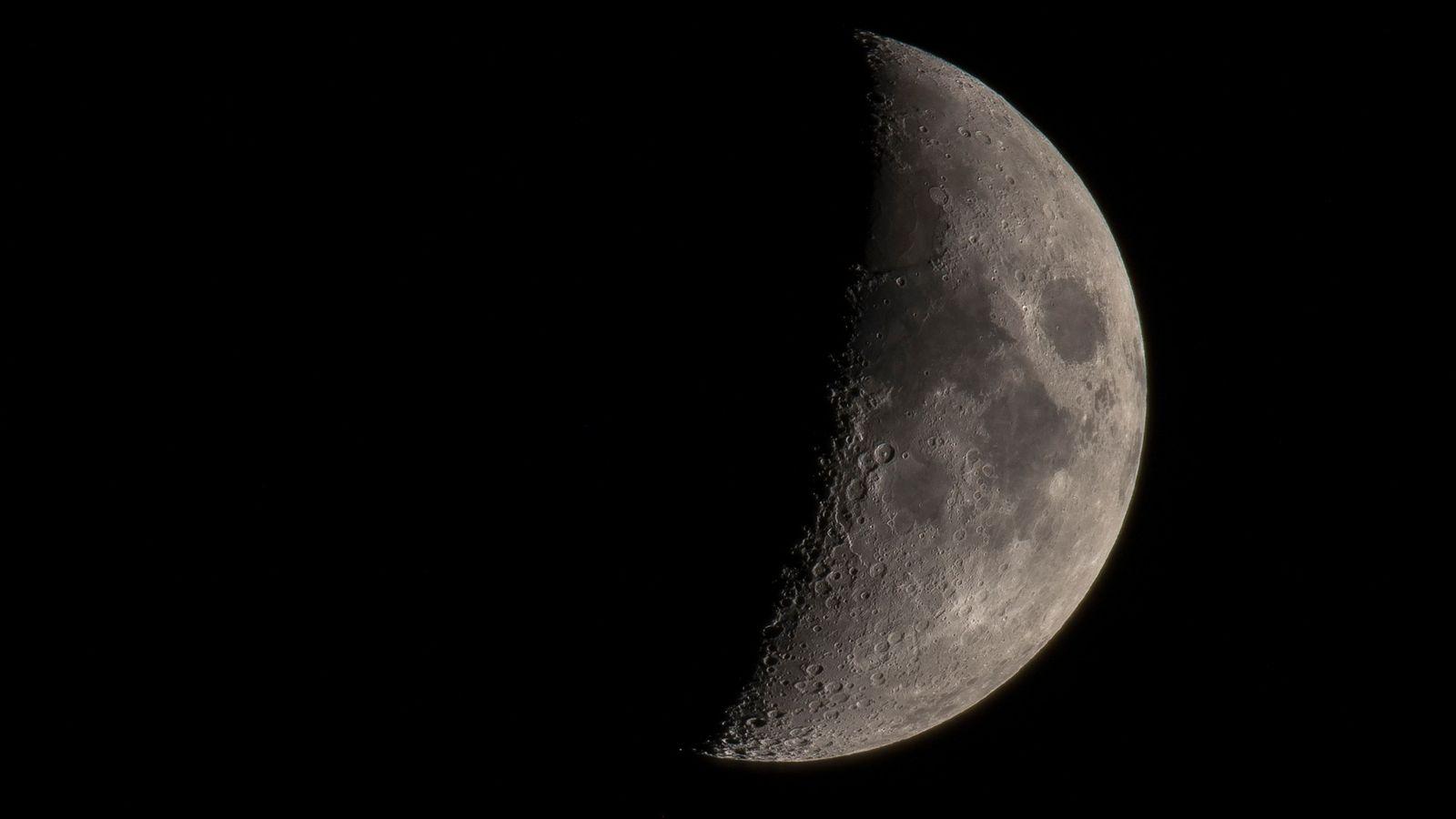Cette vue de la Lune à travers un télescope montre les nombreux cratères et autres plaines ...