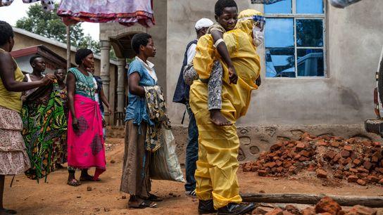 2019 - Un agent sanitaire transporte Kakule Kavendivwa, 14 ans, dans une ambulance à Beni. La veille, les ...