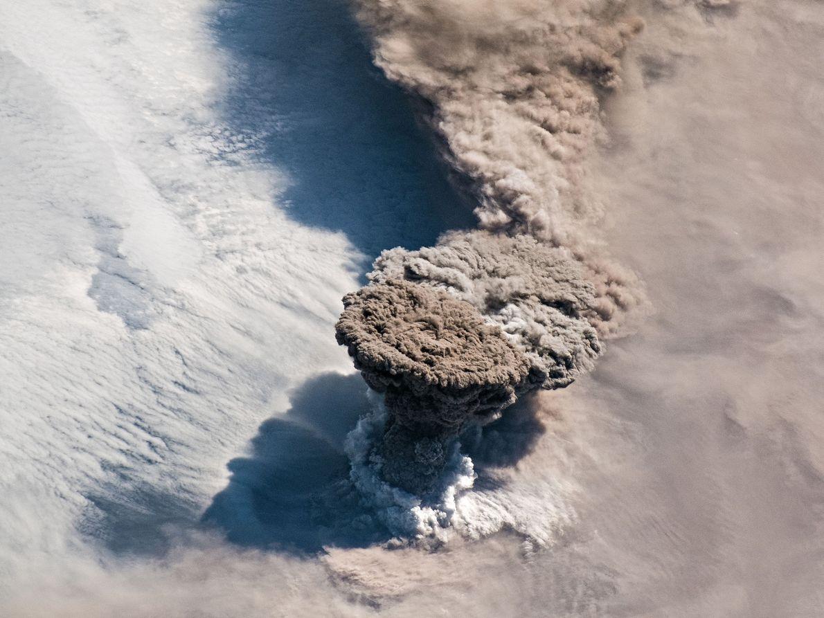 Le 22 juin 2019, le volcan Raikokoe entrait en éruption et projetait une colonne de gaz ...