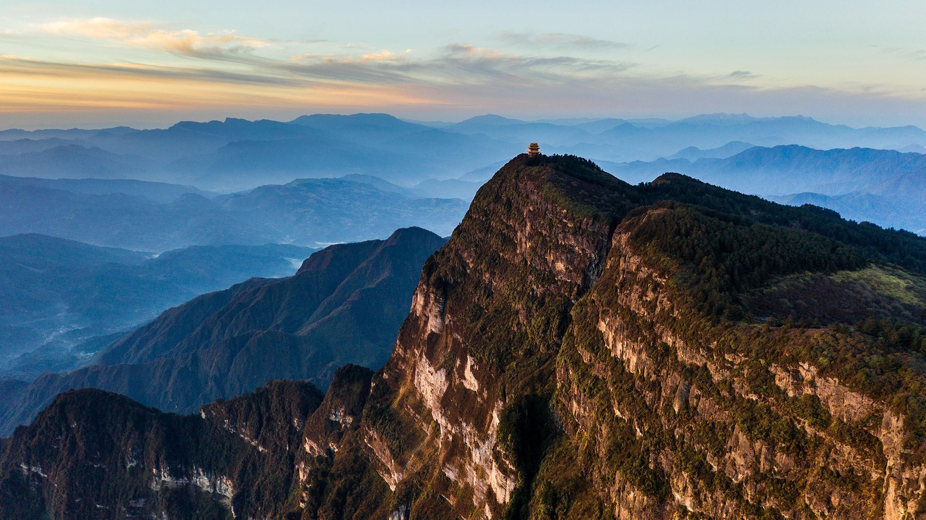 Un temple trône au sommet du mont Emei dans la province du Sichuan en Chine. Dans ...