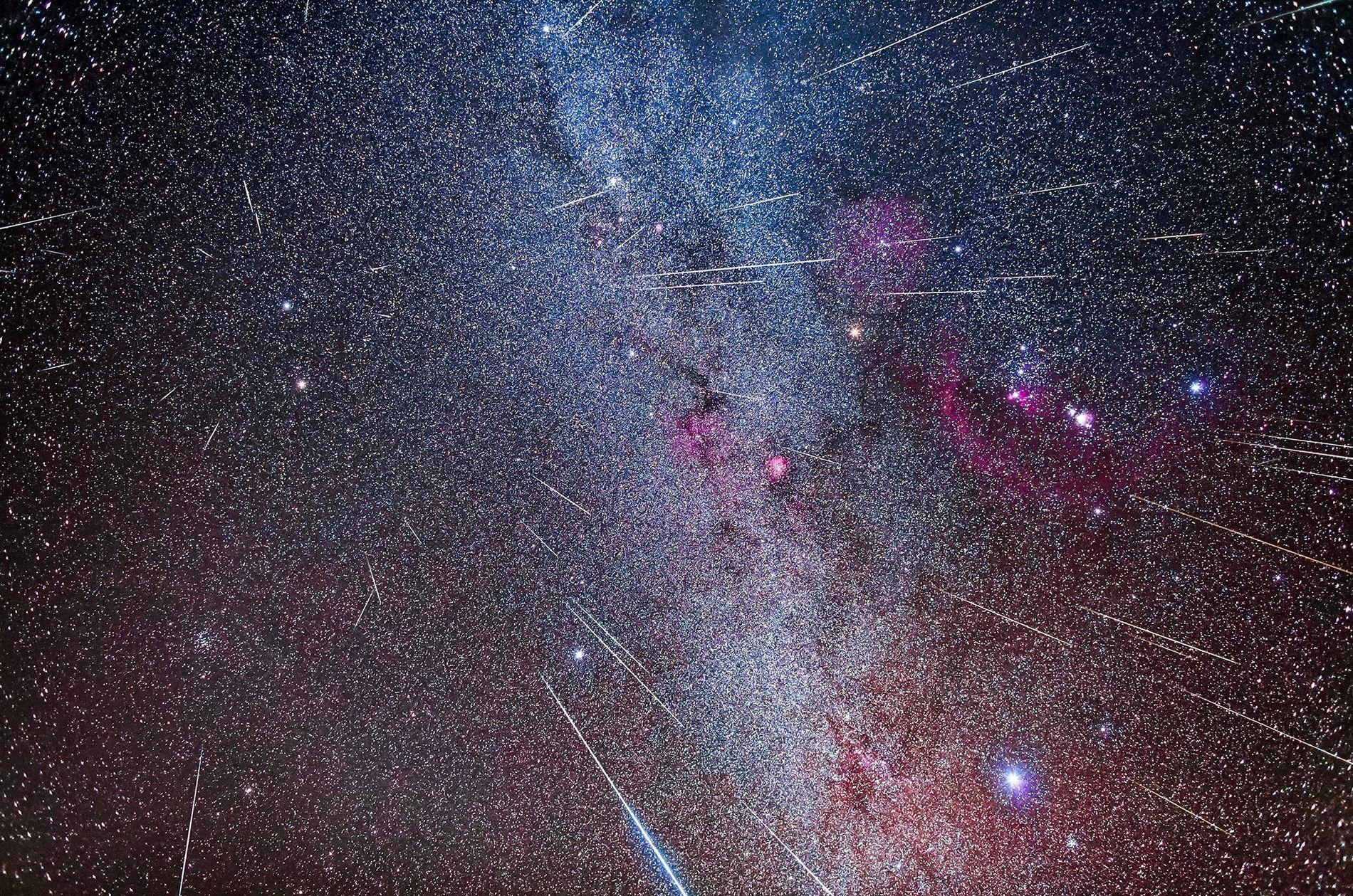 Photographie composite de la pluie de météores des Géminides, qui provient de sa constellation éponyme des Gémeaux.