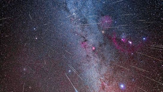 Photographie composite de la pluie de météores des Géminides, qui provient de sa constellation éponyme des ...