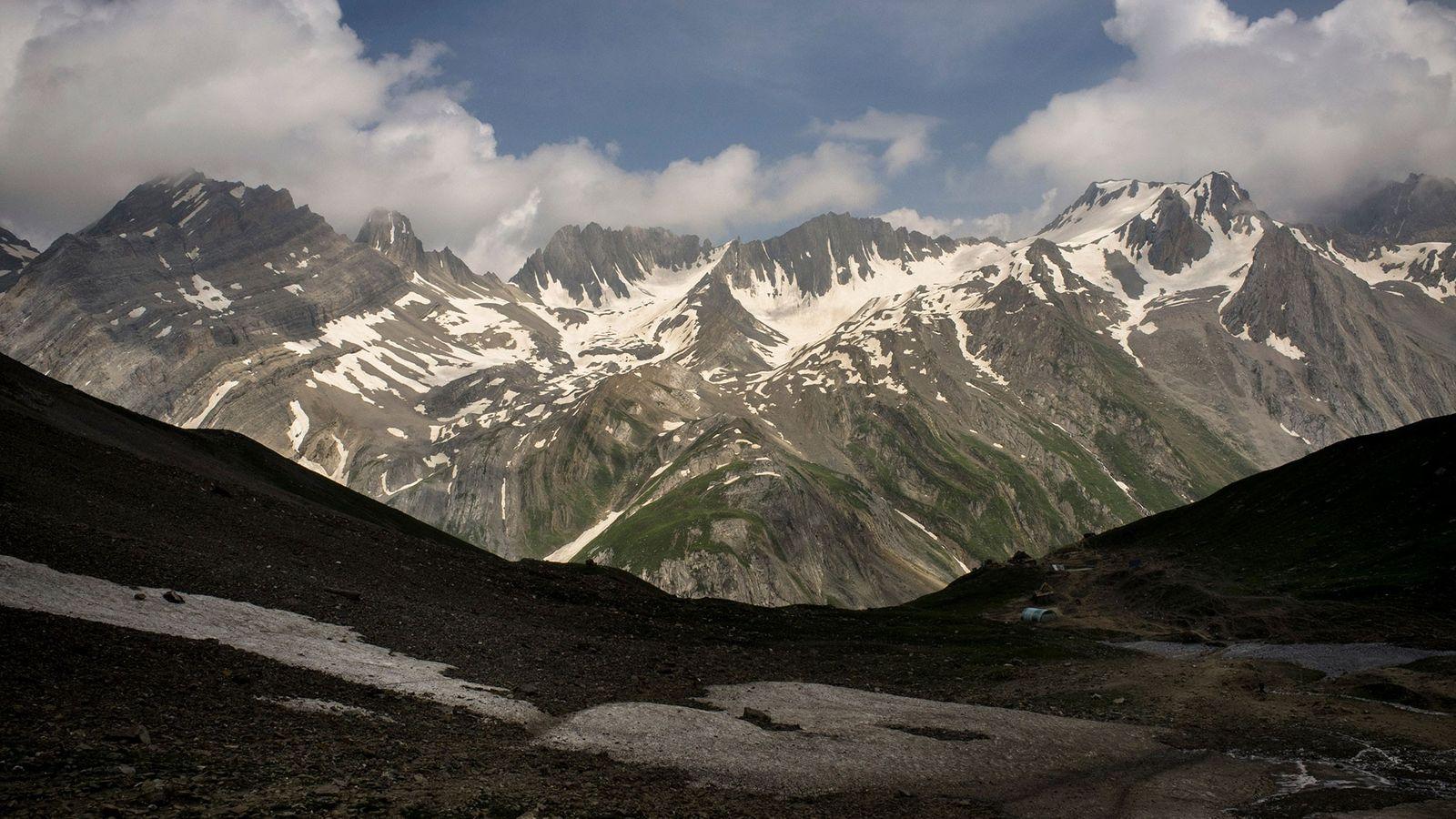 Les glaciers de l'Himalaya, comme celui-ci situé le long du chemin de randonnée Amarnath au Cachemire, ...