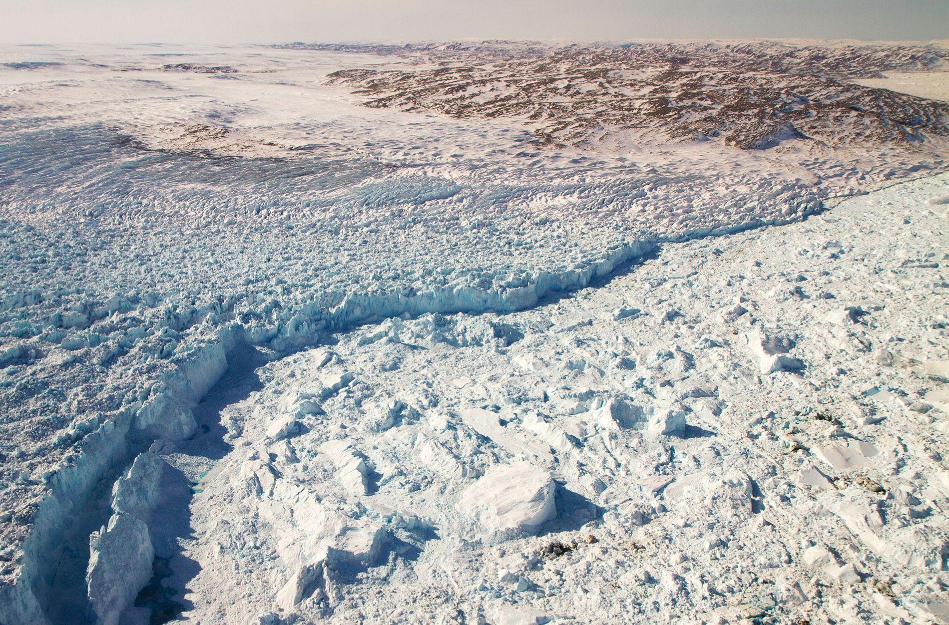 Au bord du glacier Jakobshavn Isbræ, dans l'ouest du Groenland, des icebergs se détachent et se reforment.