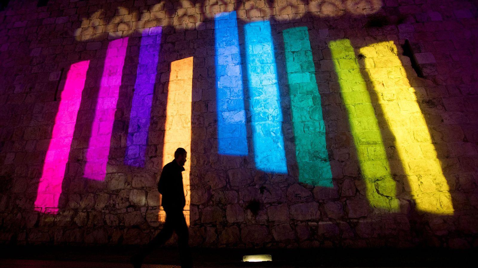 Pendant Hanoucca, une hanoukkia colorée est projetée sur les murs de la vieille ville de Jérusalem.