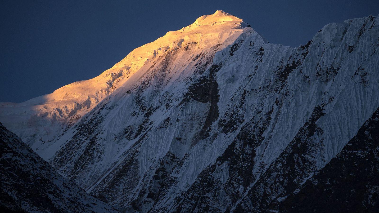 Le 8 novembre 2018, le soleil illuminait les sommets de l'Himalaya, vus depuis Manang au Népal.