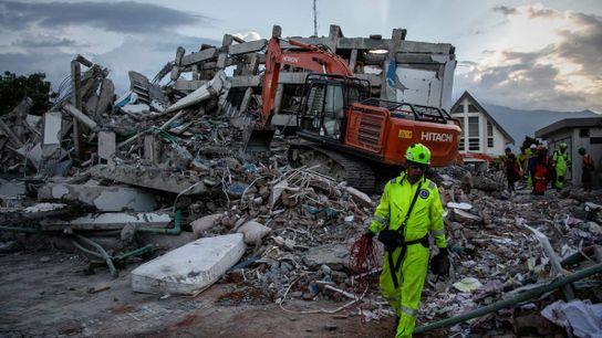Les secouristes recherchent des victimes sur le site d'un hôtel qui s'est effondré après le séisme ...