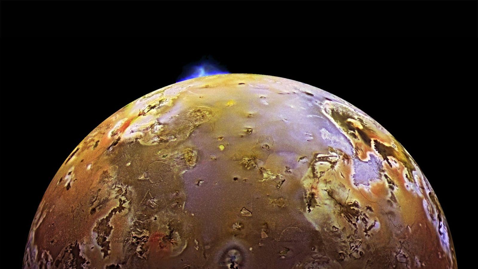 Sur cette photo prise par la sonde Galileo, on distingue nettement un panache volcanique jaillir de ...