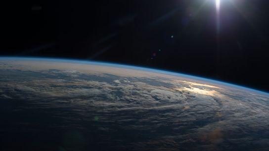 À bord de la Station spatiale internationale, les membres de l'équipage prennent de nombreuses images de ...