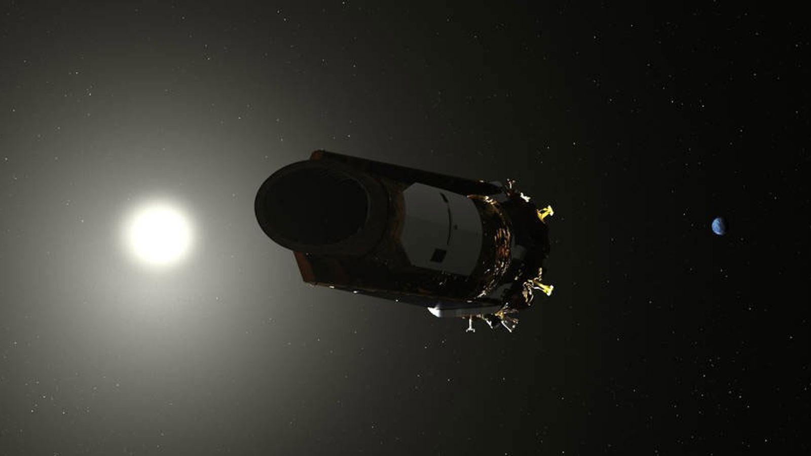 Cette illustration représente le télescope spatial Kepler se déplaçant dans notre système solaire.