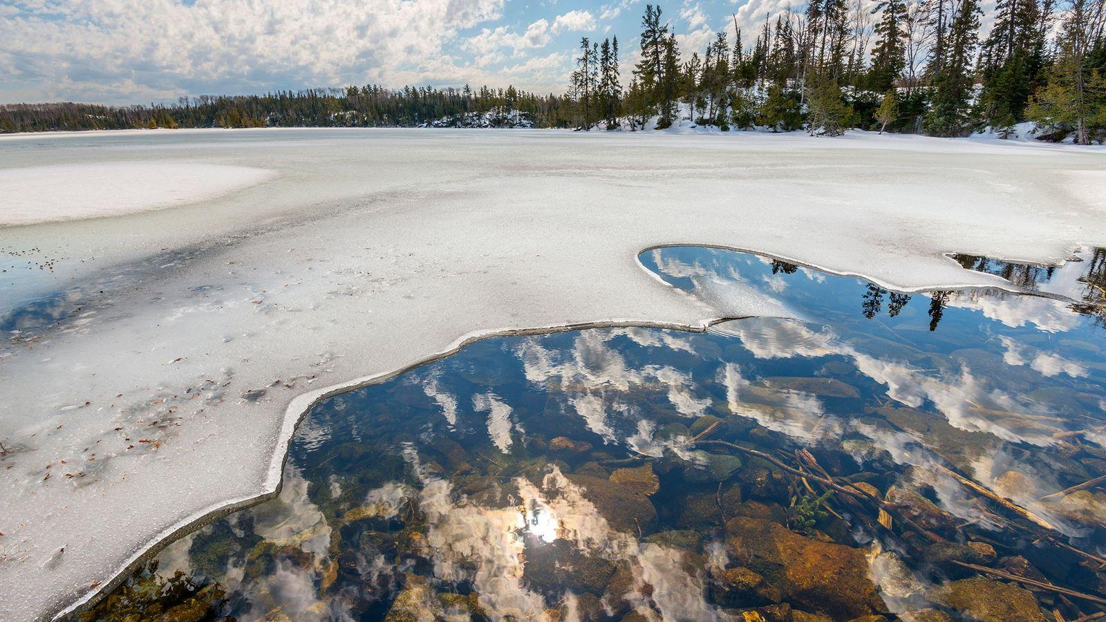 Au Minnesota, dans la forêt nationale de Superior, un lac fond.
