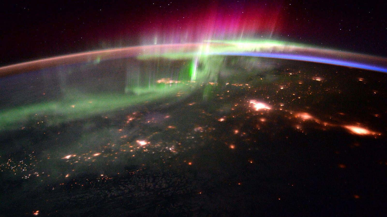 L'interaction des vents solaires avec le champ magnétique de notre planète produit de somptueux spectacles de ...