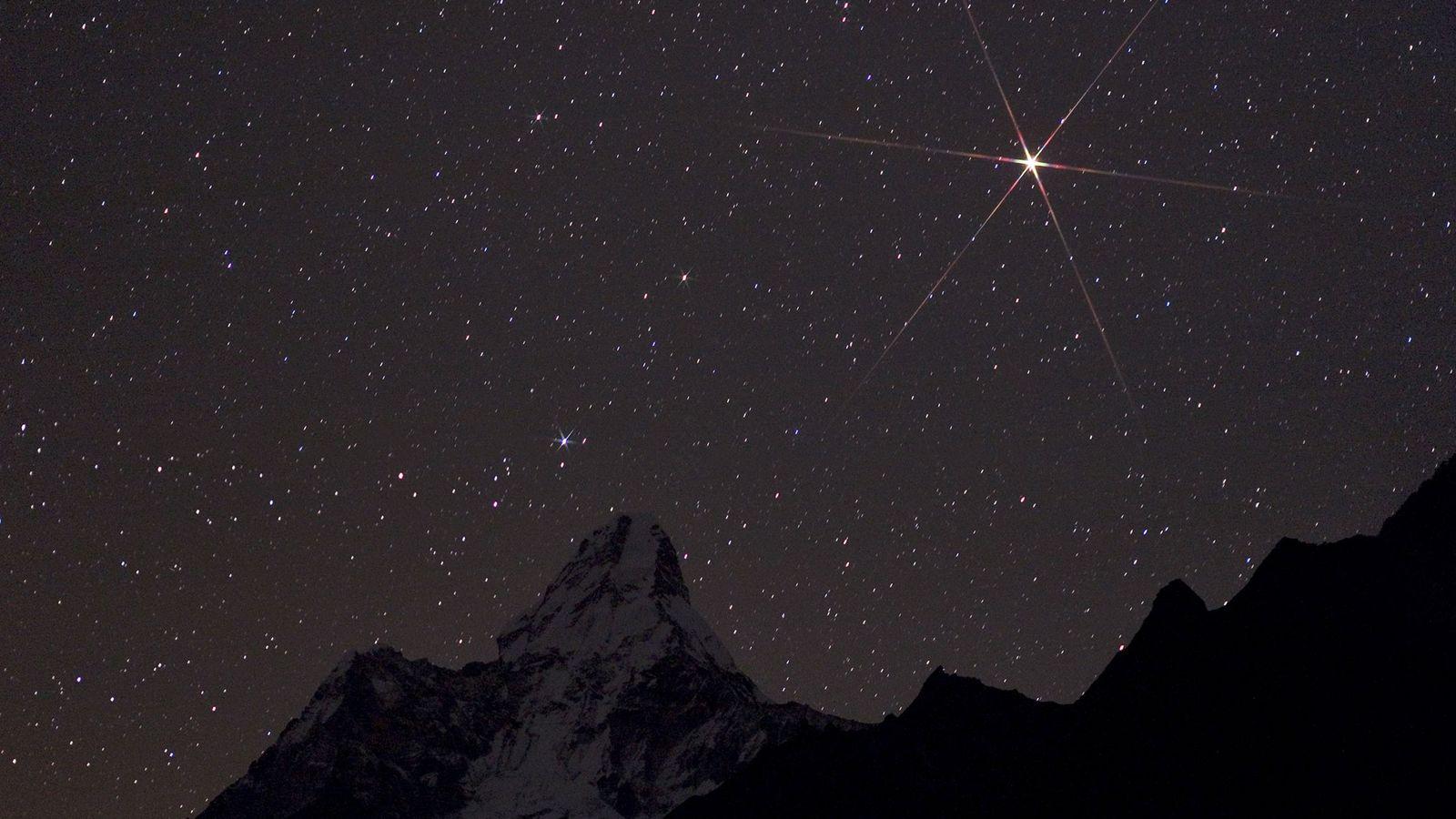 Mars, brillante, s'élève au-dessus du parc national de Sagarmatha au Népal.