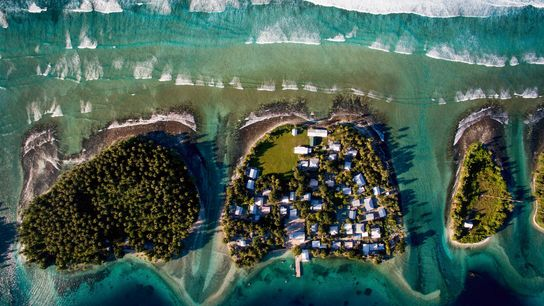 Vue du ciel de l'île d'Ejiit (au centre). Cette dernière fait partie des îles Marshall, où ...