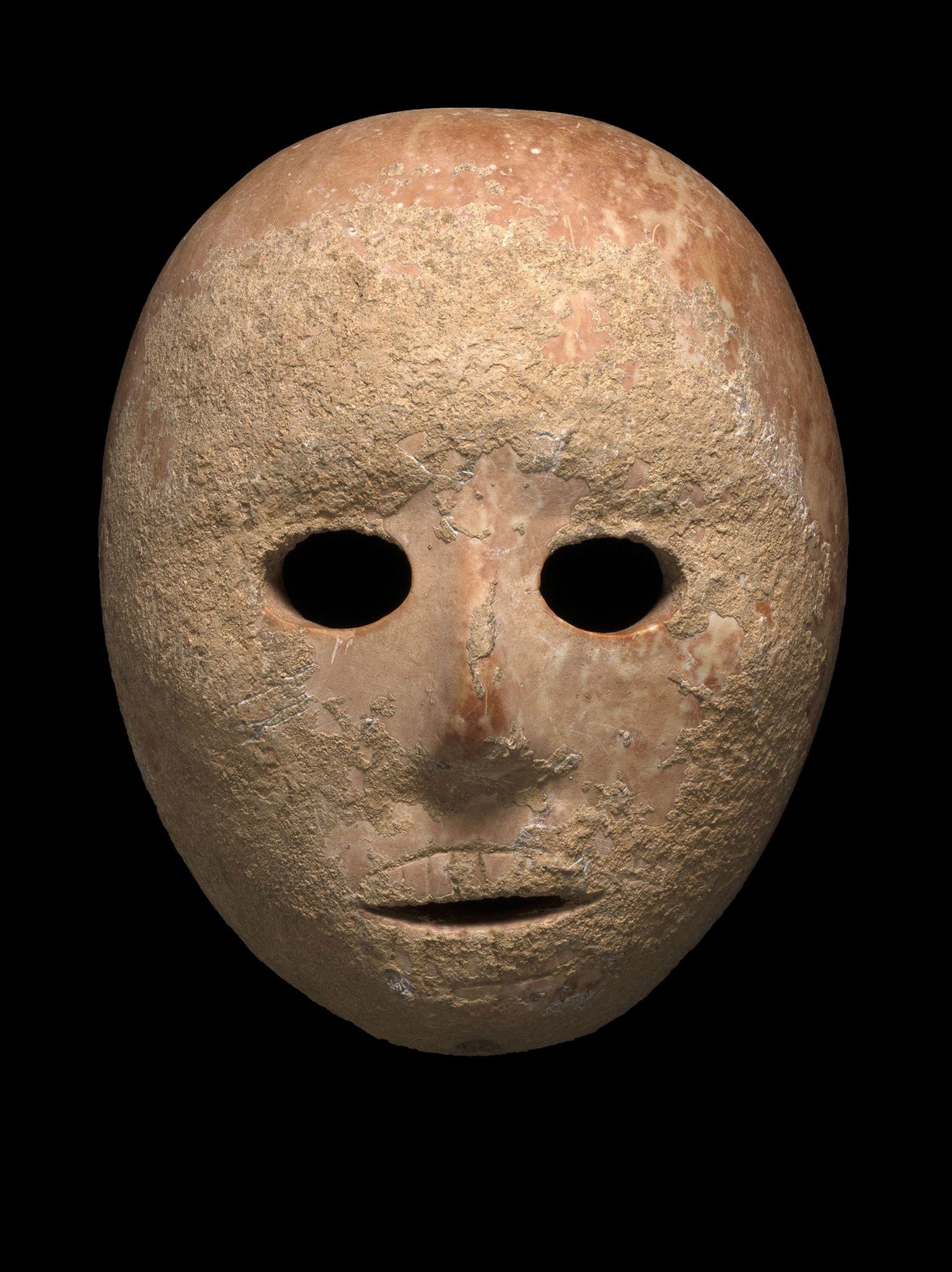 Ce masque de calcaire, vieux de 9 000 ans, a récemment été mis au jour par ...