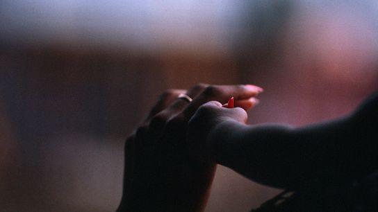 Un bébé serre le doigt de sa maman dans sa main à Port d'Espagne en Trinité et ...