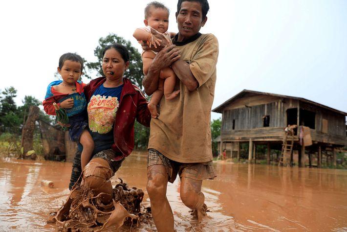Le 26 juillet 2018, le barrage hydroélectrique Xepian-Xe Nam Noy, dans la province d'Attapeu au Laos ...