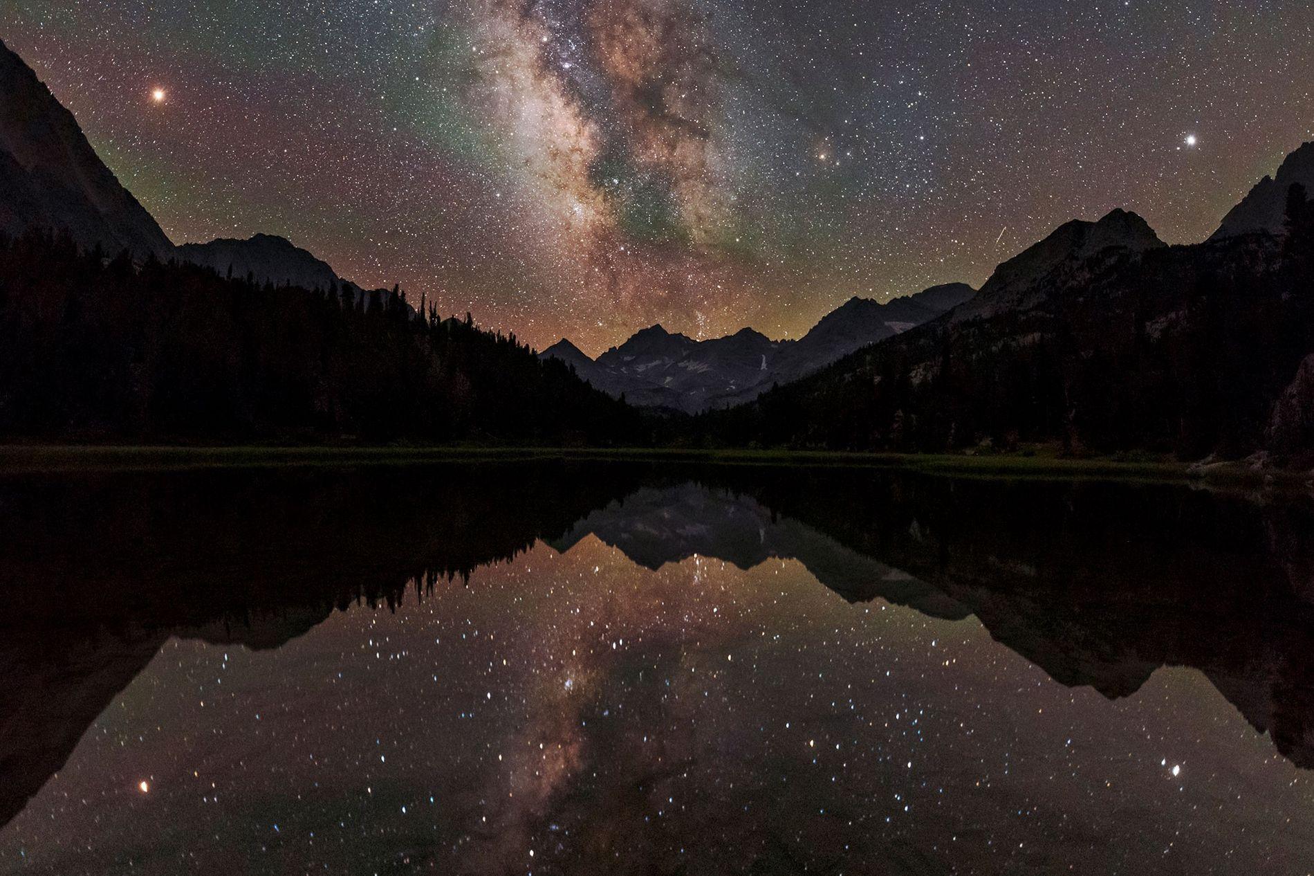 L'arc de la Voie lactée illumine le ciel au-dessus d'un lac de montagne en Californie. Depuis ...