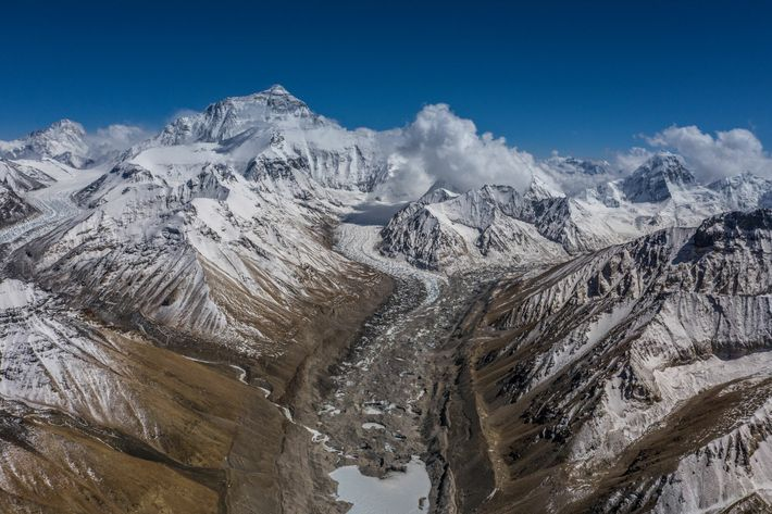 Cette vue depuis le camp de base nord de l'Everest montre la voie vers les camps ...