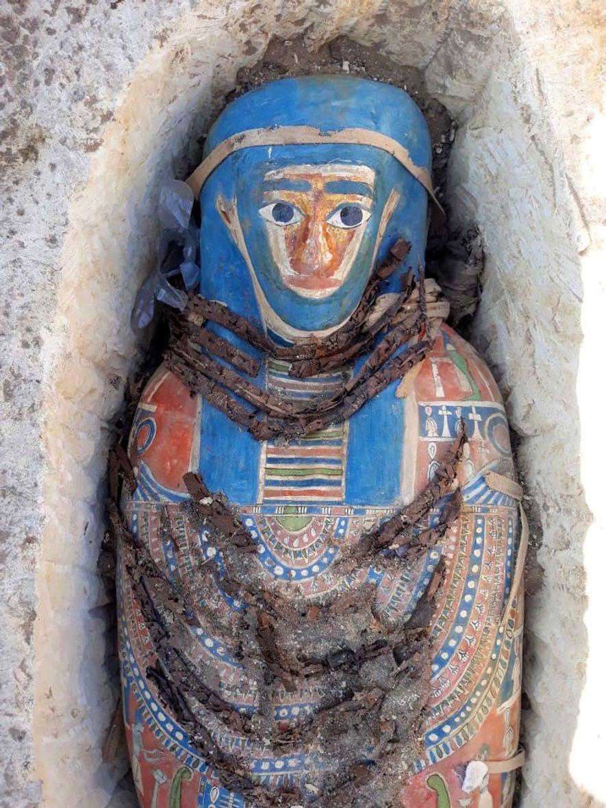 Des fouilles archéologiques récentes ont permis de mettre au jour des sarcophages colorés dotés de décorations et contenant chacun une momie, en bon état de conservation après 2 500 ans.