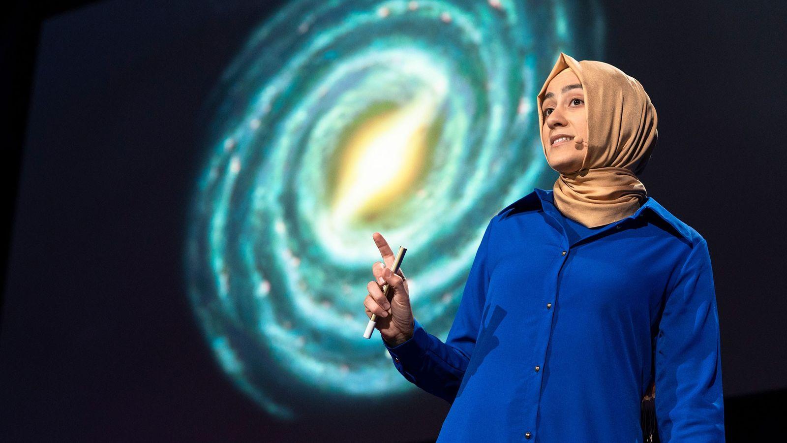 L'astrophysicienne Burçin Mutlu-Pakdil lors de sa conférence au TED2018, qui s'est tenu à Vancouver, Canada.