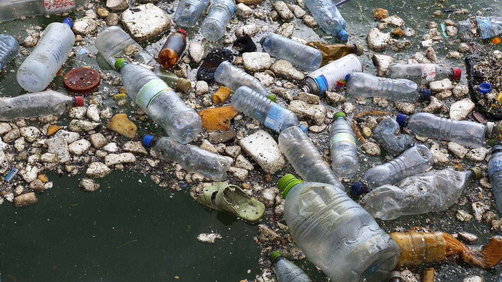 Les déchets plastique pullulent dans l'océan.