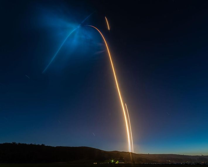 Une longue exposition a permis de capturer la lumière brillante produite par le lancement d'une fusée ...