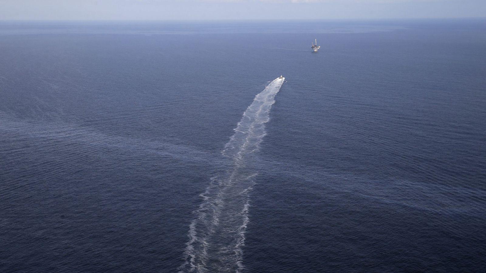 Cette photo prise le 31mars2015 montre le sillage d'un navire de ravitaillement qui traverse une pellicule ...