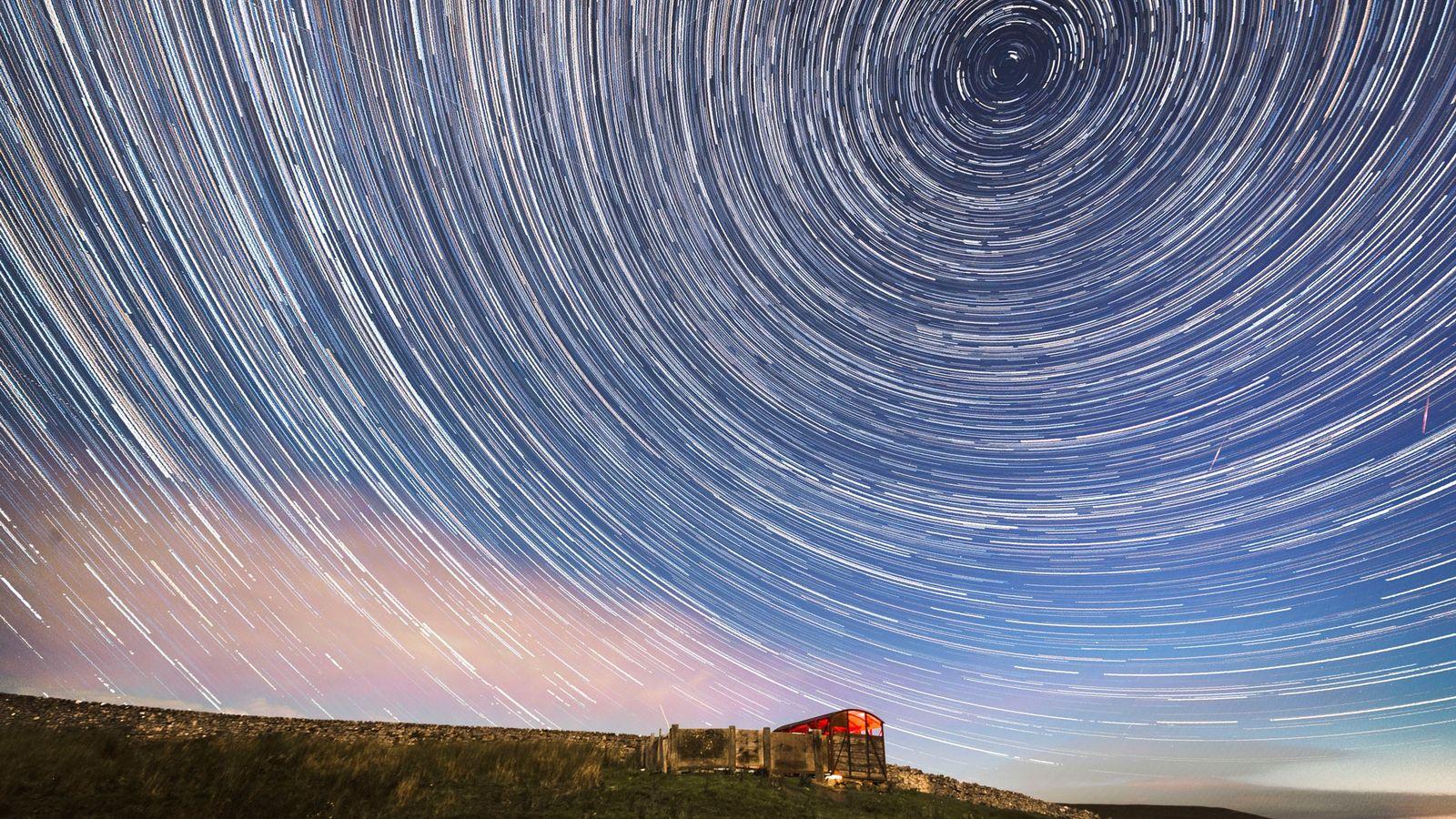 Un composite numérique de 233 photographies prises en 1 heure et 57 minutes. Des météores et ...