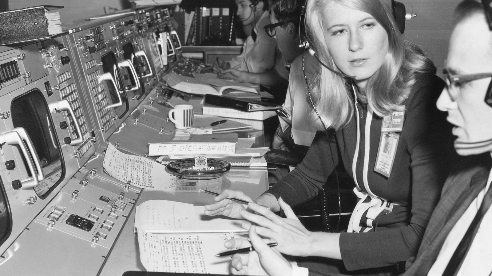 L'ingénieure Poppy Northcutt s'entretient avec un collègue du contrôle de mission de la NASA à Houston, ...