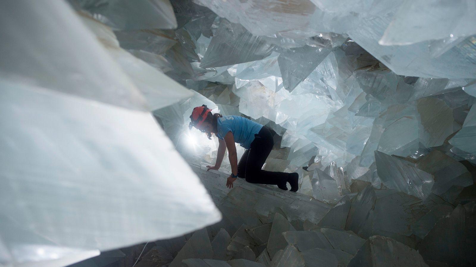 La géologue Milagros Carretero se fraye un chemin à travers la gigantesque géode espagnole de Pulpí ...