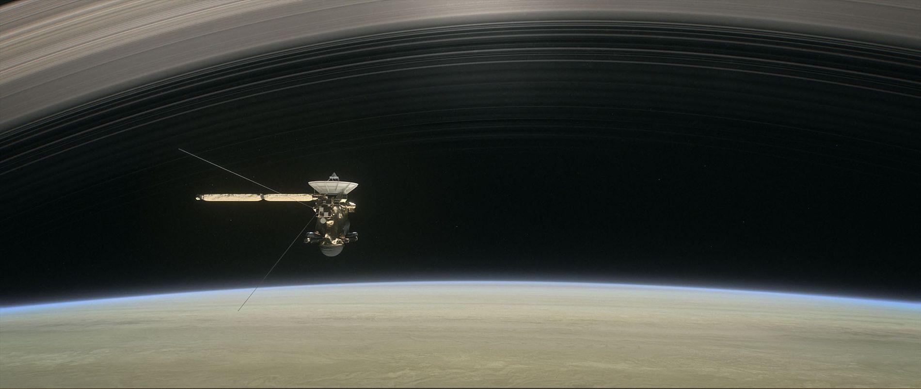 Cette illustration représente la sonde Cassini naviguant entre Saturne et les anneaux de la planète au ...