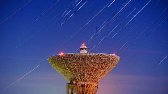 Les Géminides, une pluie de météores annuelle, illuminent le ciel au-dessus du radiotélescope Galenki RT-70 qui ...