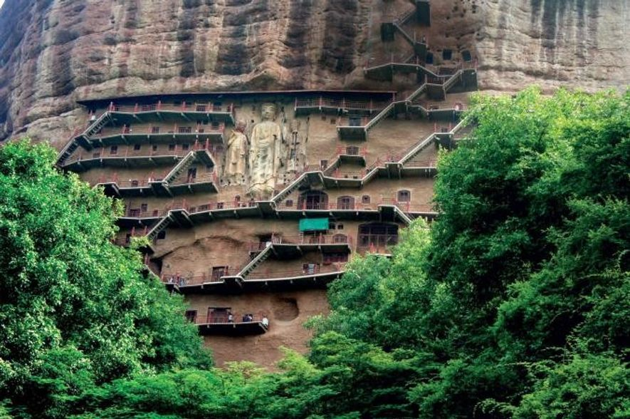 Des grottes sculptées par des moines bouddhistes ponctuent la portion de route chinoise de la route ...