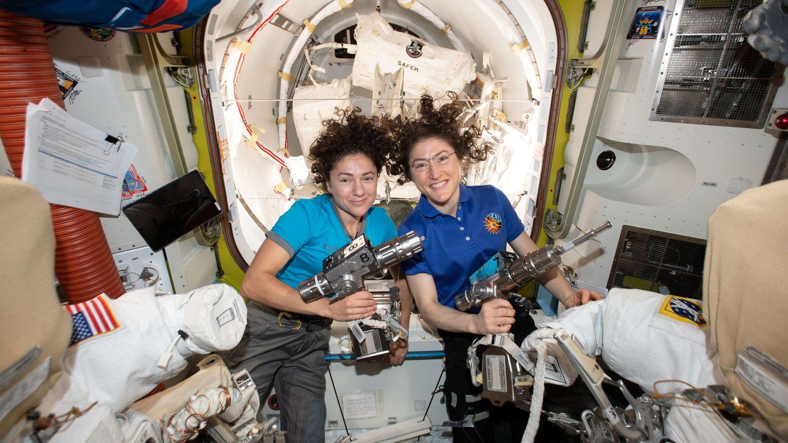 Les astronautes de la NASA Jessica Meir (à gauche) et Christina Koch prennent la pose à ...