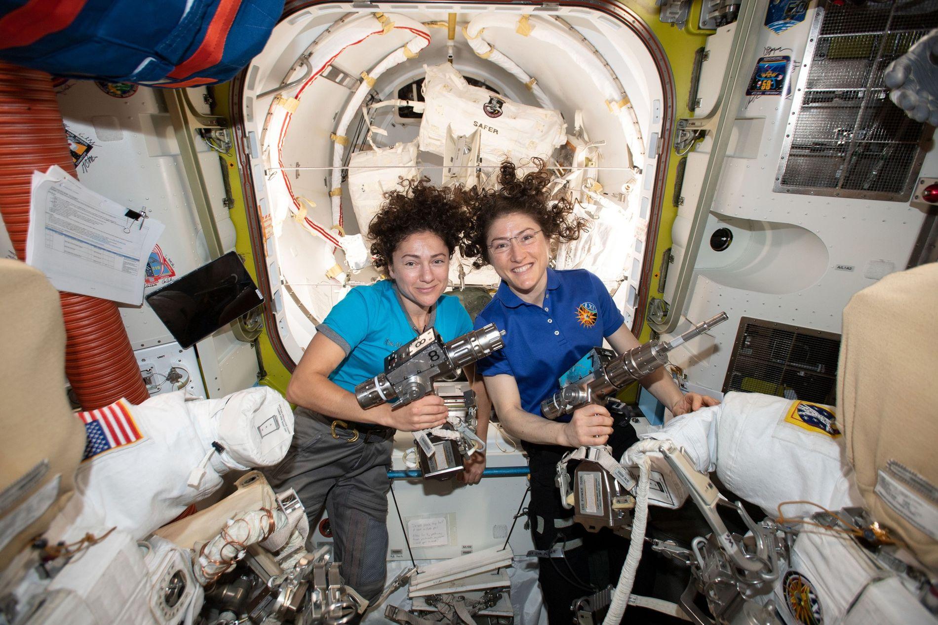 Les astronautes de la NASA Jessica Meir (à gauche) et Christina Koch prennent la pose à l'intérieur du sas du module Quest de la Station spatiale internationale pendant qu'elles préparent les combinaisons spatiales et les outils qu'elles utiliseront lors de leur sortie historique dans l'espace le 18 octobre.