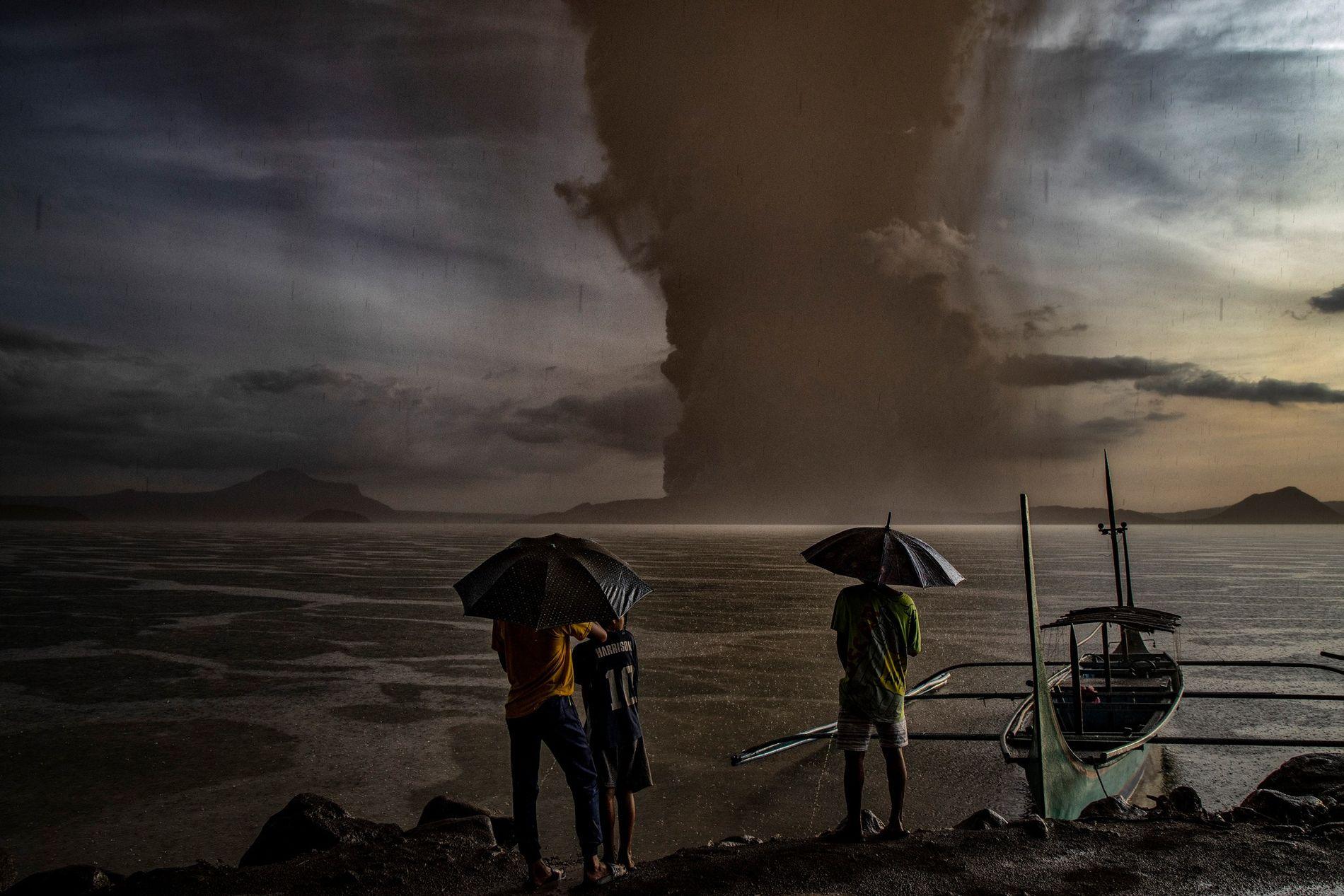 Un nuage de cendres s'élève au-dessus d'un lac pendant l'éruption du volcan Taal aux Philippines le ...