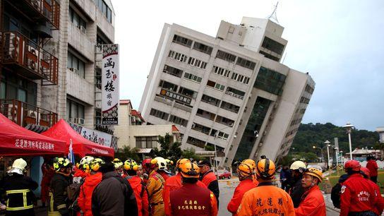 Un immeuble secoué par le tremblement de terre qui a frappé le Comté d'Hualien, à Taïwan, ...