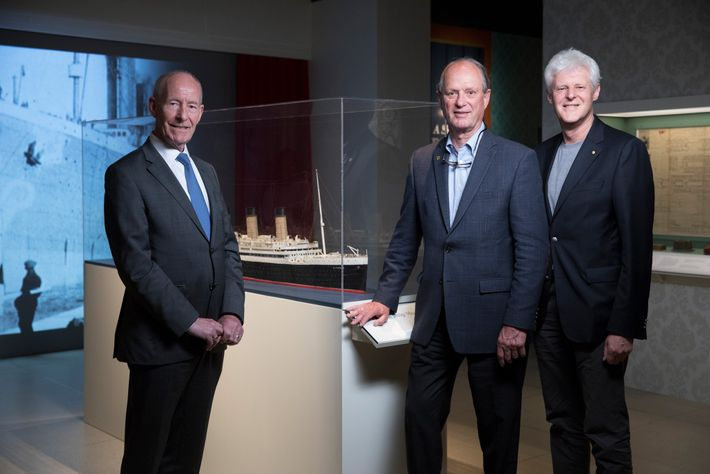 Robert Ballard (au centre) rencontre Conal Harvey (à gauche) et Kevin Fewster (à droite) à l'occasion ...